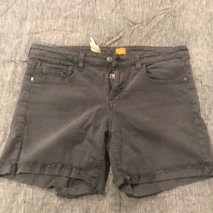 Shorts with frayed edges and tiny cuff